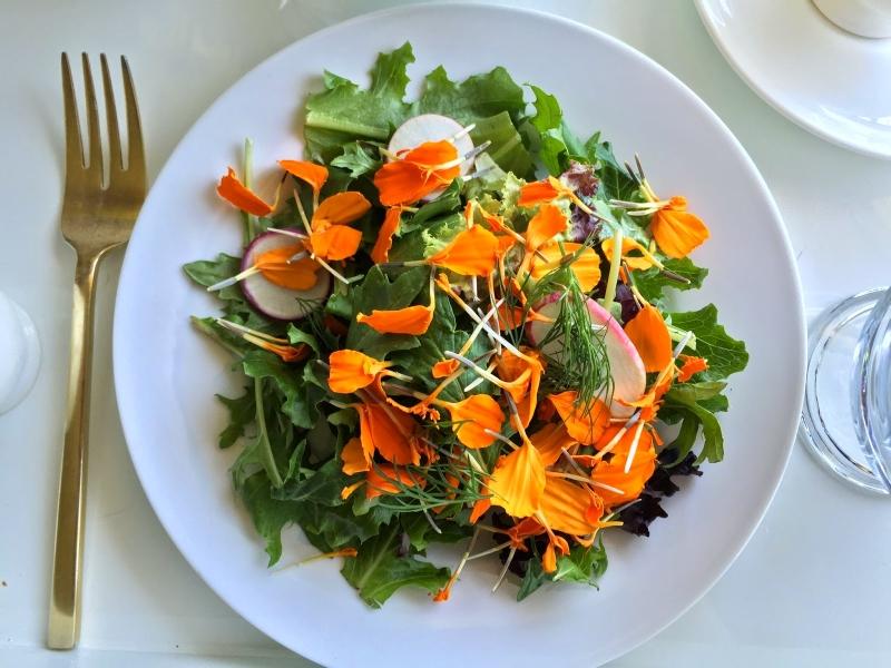 Салат с бархатцами