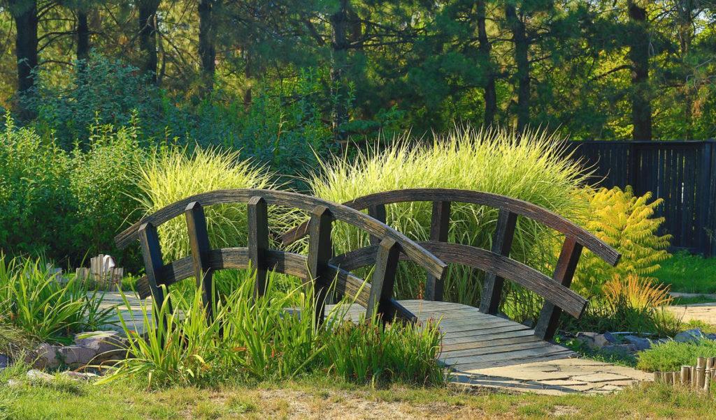 Стильный мостик для дачи: как выбрать?